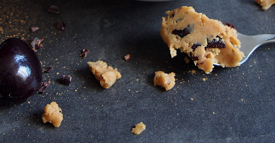 vegan-cookie-dough-Kirschen-Serviervorschlag