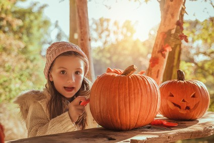 K-ris-schnitzen-zu-Halloween